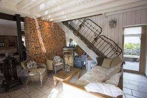 Le gîte durable de la cordonnerie à Féron utilise des anciennes têtes de lit en guise de rambarde pour l'escalier
